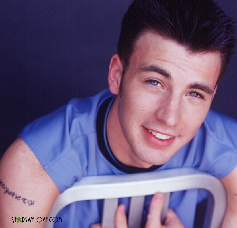 A young Chris Evans in a blue tee, smiling at the camera. (chris_evans007, 832 x 800 pixels, 129 kB)